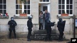 8일 프랑스 경찰이 파리 북부 롱퐁 지역을 순찰하고 있다. 프랑스 경찰은 언론사에 테러 공격을 가한 무장한 용의자 2명의 행방을 추적하고 있다.