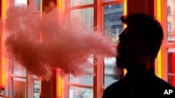 مصرف سیگارهای الکترونیکی در بین نوجوانان در آمریکا در یک سال گذشته، یک افزایش جهشی داشته است.