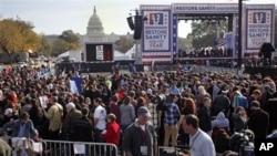 """成千上万的人参加了华盛顿的""""恢复理智""""集会"""