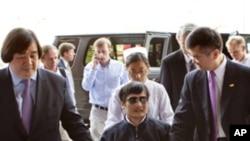 陈光诚在美国驻华大使骆家辉(右)的陪同下5月2日坐轮椅进入北京朝阳医院