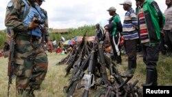 Des armes des combattants FDLR recueillies par l'ONU lors d'une opération de désarment de FDLR à Kateku, un village de l'est de la RDC, le 30 mai 2014.