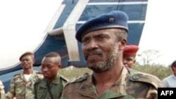 Faustin Munene, à l'époque vice-ministre congolais de l'Intérieur, arrive à l'aéroport de Matadi le 30 août 1998