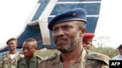 Faustin Munene, alors vice-ministre congolais de l'Intérieur, arrive à l'aéroport de Matadi, RDC, le 30 août 1998