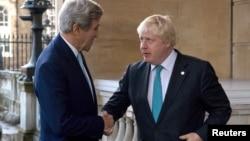 英国外相约翰逊在伦敦迎接美国国务卿克里(2016年10月16日)
