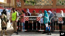 Cử tri Ai Cập xếp hàng chờ bỏ phiếu bên ngoài một địa điểm bầu cử ở Alexandria, ngày 18/10/2015.