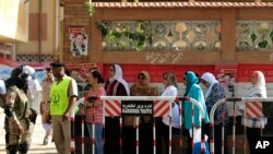 Egyptians wait to cast their votes outside a polling station during the Egyptian parliamentary election in Alexandria, Egypt, Oct. 18, 2015.
