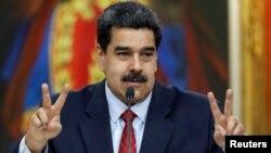Presiden Venezuela Nicolas Maduro berbicara pada konferensi pers di Istana Miraflores, Caracas, Venezuela, Jumat (25/1).