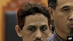 ນາຍ Umar Patek ຜູ້ກໍ່ການຮ້າຍທີ່ຖືກດໍາເນີນຄະດີທີ່ອິນໂດເນເຊຍ. ວັນທີ 7 ພຶດສະພາ 2012
