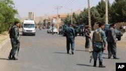 Binh sĩ cảnh sát Afghanistan kiểm tra hiện trường của vụ đánh bom ở Herat, Afghanistan, ngày 30 tháng 7 năm 2016.