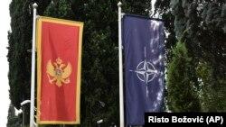 Zastave Crne Gore i NATO-a ispred zgrade Ministarstva odbrane Crne Gore u Podgorici (Foto: AP/Risto Božović)