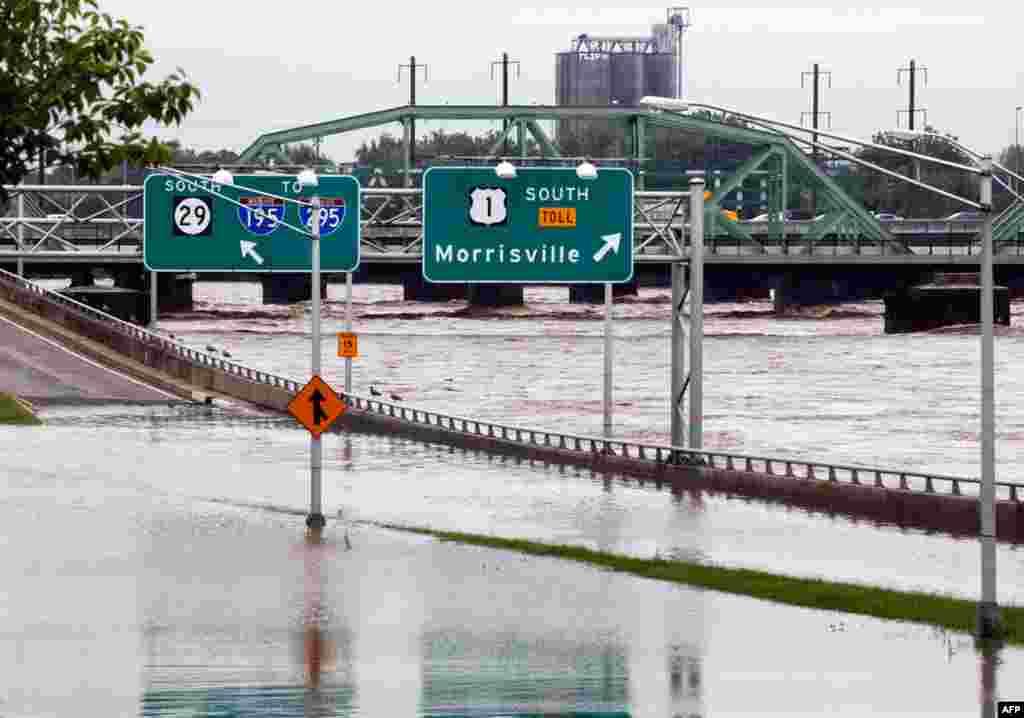 8 tháng 9: Một xa lộ trong thành phố Trenton, tiểu bang New Jersey Mỹ ngập nước do nước con sông Delaware gần đó tiếp tục dâng cao. (AP Photo/Mel Evans)
