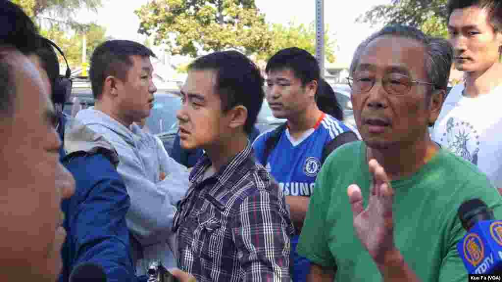 升旗当天被拘捕的示威者姜凤林面对陈传文(美国之音国符拍摄)