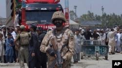 """یک راننده می گوید که ملیشه های پاکستانی """"اسناد را ضبط می کنند و به آزار واذیت ما می پردازند تا پول بگیرند."""""""