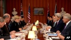 Menlu AS John Kerry dan Menhan Chuck Hagel (sisi kanan) bertemu dengan Menlu Australia Julie Bishop dan Menhan David Johnston (sisi kiri) di Sydney, Selasa (11/8).