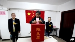 一北京選民11月8日為選舉市基層人大代表投出一票