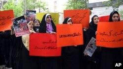 معترضان در تهران علیه عربستان سعودی شعار می دهند