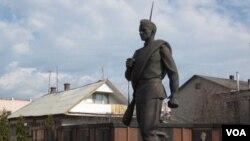 俄罗斯亚罗斯拉夫地区的一处有关二战苏联红军士兵塑像(美国之音白桦拍摄)