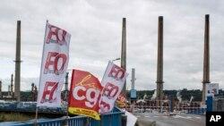 Lyon'da Feyzin rafinerisinin dışında bekleyen grevciler