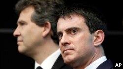 El primer ministro Manuel Valls, derecha, y el ministro de Economía, Arnaud Montebourg, han ofrecido la renuncia del gobierno y el presidente Hollande la ha aceptado.