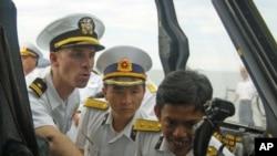 峴港 (7月16日) 鍾雲號反潛直昇機駕駛員向越南海軍軍官介紹SH-60B Seahawk海鷹直昇機。
