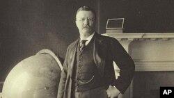 西奥多.罗斯福总统1905年站在地球仪旁