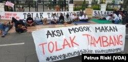 Aksi mogok makan dilakukan warga Banyuwangi penolak tambang emas gunung Tumpang Pitu dan Salakan sampai Gubernur Jawa Timur menemui dan mencabut izin usaha pertambangan PT BSI dan DSI (Foto:VOA/ Petrus Riski).