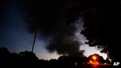 Une maison près de la fumée qui se dégage de l'explosion d'un oléoduc, le 31 octobre 2016, à Helena, Alabama.