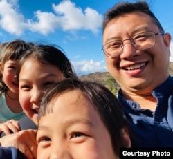 邱孝斌说,来到美国后,他的女儿们可以免受洗脑自由成长