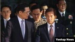 한민구 한국 국방부 장관이 10일 합동참모본부에서 열린 주요지휘관 화상회의를 마친 뒤 관계자들과 이야기하며 청사를 나서고 있다.