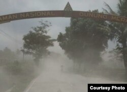 Abu beterbangan di Jalan kawasan Taman Nasional Gunung Merapi, Jumat 27 Maret 2020. (Foto: FMM via Jatmiko)