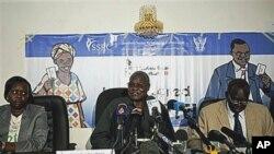 Chan Reec Madut (au milieur), présdient de la Commission du référendum, lors d'une conférence de presse à Juba le 3 janvier 2011