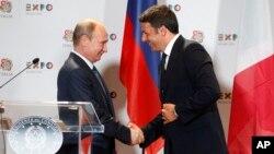 이탈리아를 방문한 블라디미르 푸틴 러시아 대통령(왼쪽)이 10일 마테오 렌치 이탈리아 총리와 만나 악수하고 있다.
