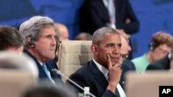 8일 폴란드 바르샤바에서 진행된 북대서양조약기구(NATO) 정상회의 현장에서 바락 오바마(가운데) 미국 대통령 곁에 앉아 발언을 청취하고 있는 존 케리 국무장관.