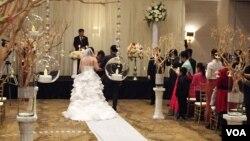 탈북자 김영옥 씨의 딸 안젤라 김 양의 결혼식이 미국 버지니아주 리치몬드 시 매리엇 호텔에서 지난 26일 열렸다. 미국 전역에서 온 37명의 탈북자들이 결혼식에 참석했다.