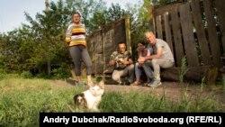Ольга, Тоні, Настя та Андре-Мирослав біля воріт будинку, де живе Настя у Воядному