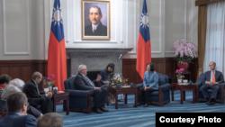 台湾总统蔡英文2019年2月20日接见欧洲议会议员访问团。(台湾总统府)