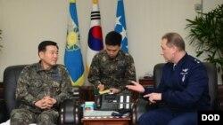 지난 20일 한국을 방문한 클린턴 크로저 미 공군 전략사령부 기획정책국장(오른쪽)이 계롱대에서 이건완 한국 공군 참모차장과 대화하고 있다.