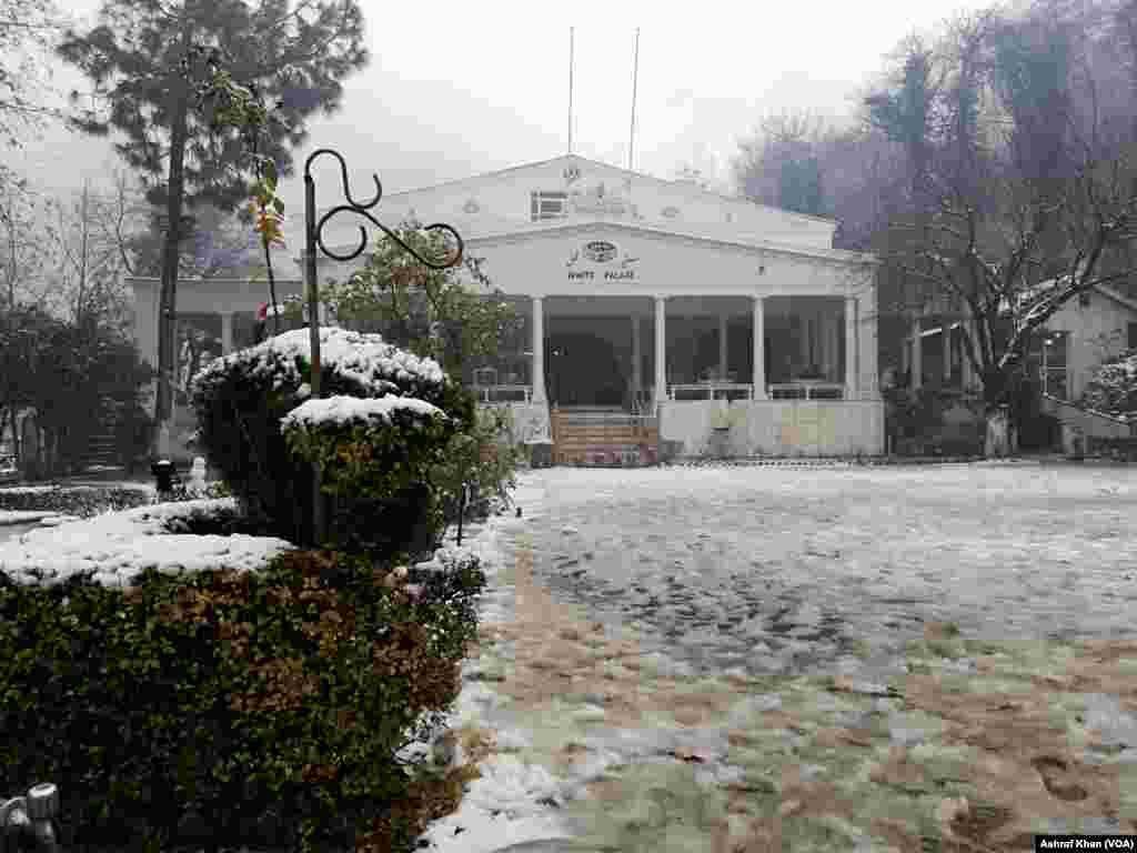 سوات کا مشہور اور تاریخی ہوٹل ؤائٹ پیلس بھی برف سے ڈھکا ہوا ہے۔