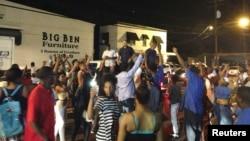 Protes warga kota Baton Rouge atas tewasnya seorang pria kulit hitam akibat ditembak polisi, Selasa (5/7).