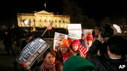 Người gốc châu Mỹ Latinh tập trung trước Tòa Bạch Ốc trong lúc Tổng thống Obama loan báo các hành động hành pháp về chính sách nhập cư của Mỹ.