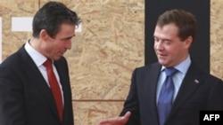 Tổng thư ký NATO Anders Fogh Rasmussen, trái, và Tổng thống Nga Dmitry Medvedev tại hội nghị thượng đỉnh Lisbon, 20/11/2010