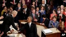 باراک اوباما در حال دست دادن با جو بایدن در کنگره آمریکا