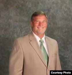 维吉尼亚州退休学区总监华伦·斯徒特(Warren Stewart)