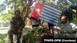 Juru bicara Tentara Pembebasan Nasional Papua Barat-Organisasi Papua Merdeka (TPNPB-OPM), Sebby Sambom (kanan.
