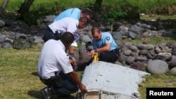 فرانسیسی پولیس حکام ملبے کے ٹکڑے کا جائزہ لے رہے ہیں۔