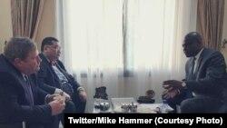 Envoyé spécial ya Etats-Unis mpo na Grands lancs, Peter Pham (C), ntoma ya Etats-Unis na RDC (G) na masolo na Martin Fayulu na Kinshasa, RDC, 11 février 2020. (Twitter/Mike Hammer)