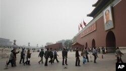 Para turis berjalan memasuki kota terlarang di Beijing, Tiongkok (Foto:dok). Pemerintah Tiongkok mulai menerapkan 100 hari razia terhadap para imigran gelap di Beijing, Selasa (15/5).