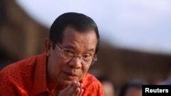 Perdana Menteri Kamboja Hun Sen menghadiri upacara di Angkor Wat untuk mendoakan perdamaian dan stabilitas di Kamboja, 3 Desember 2017.