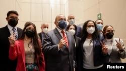 Integrantes de la delegación oficial de Venezuela posan para una foto antes de despedirse luego de asistir a una conferencia de prensa luego de la última ronda de conversaciones con la oposición, en la Ciudad de México, México el 27 de septiembre de 2021.