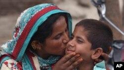 ایڈز میں مبتلا ایک 10 سالہ بچہ اپنی والدہ کے ساتھ۔ فائل فوٹو